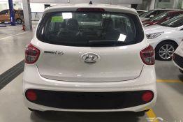 đuôi xe màu trắng hyundai i10 hatchback
